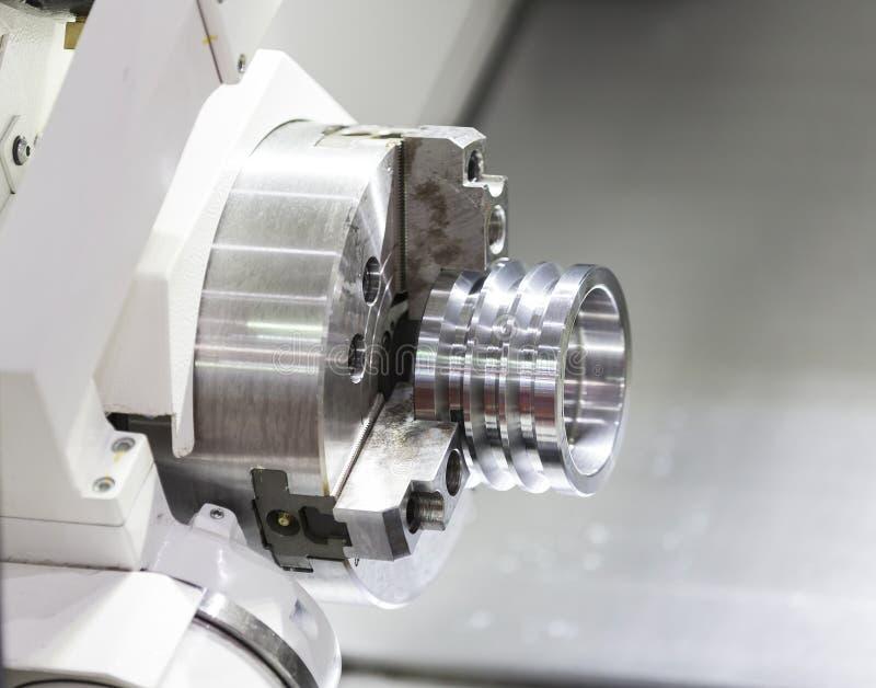 Download Χειριστής που επεξεργάζεται το αυτοκίνητο μέρος στη μηχανή Στοκ Εικόνες - εικόνα από μέταλλο, βιομηχανικός: 62719618