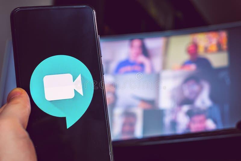 Χειροκίνητη χρήση εικονιδίου εφαρμογής βιντεοδιάσκεψης Σύσκεψη Goole στοκ φωτογραφίες