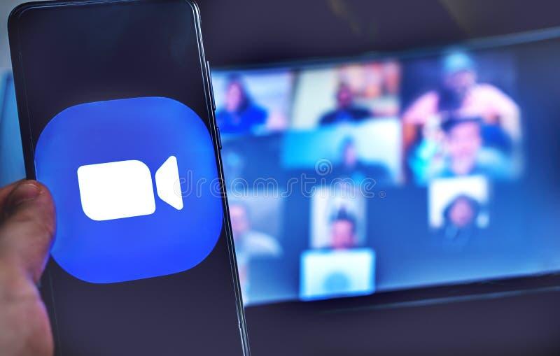 Χειροκίνητη χρήση εικονιδίου εφαρμογής βιντεοδιάσκεψης της σύσκεψης ζουμ στοκ φωτογραφία με δικαίωμα ελεύθερης χρήσης