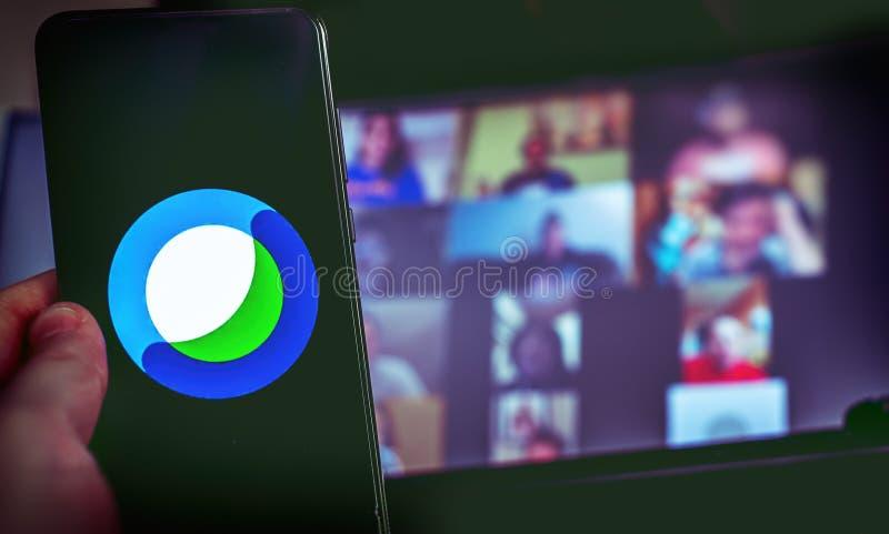 Χειροκίνητη χρήση εικονιδίου εφαρμογής βιντεοδιάσκεψης του Cisco Webex στο smartphone στοκ φωτογραφία με δικαίωμα ελεύθερης χρήσης