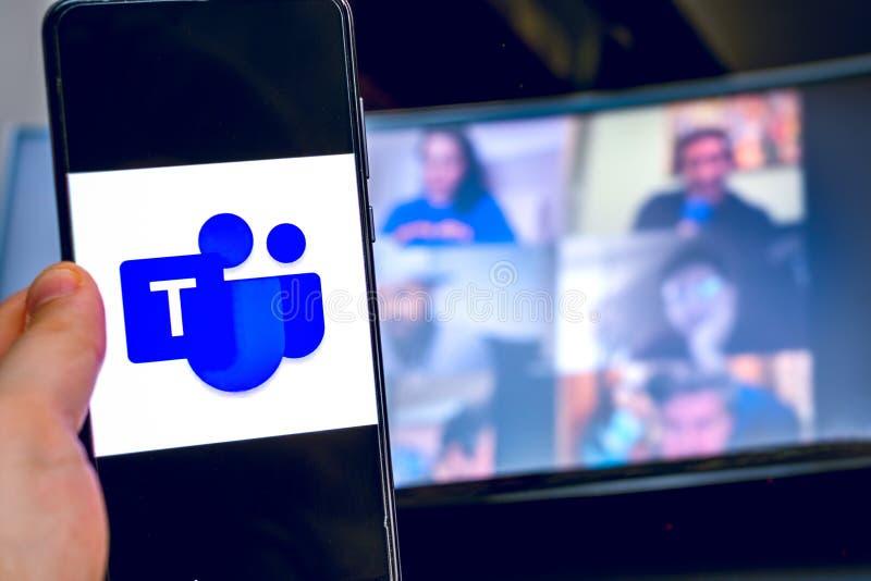 Χειροκίνητη χρήση εικονιδίου εφαρμογής βιντεοδιάσκεψης του Microsoft Teams στο smartphone στοκ φωτογραφίες