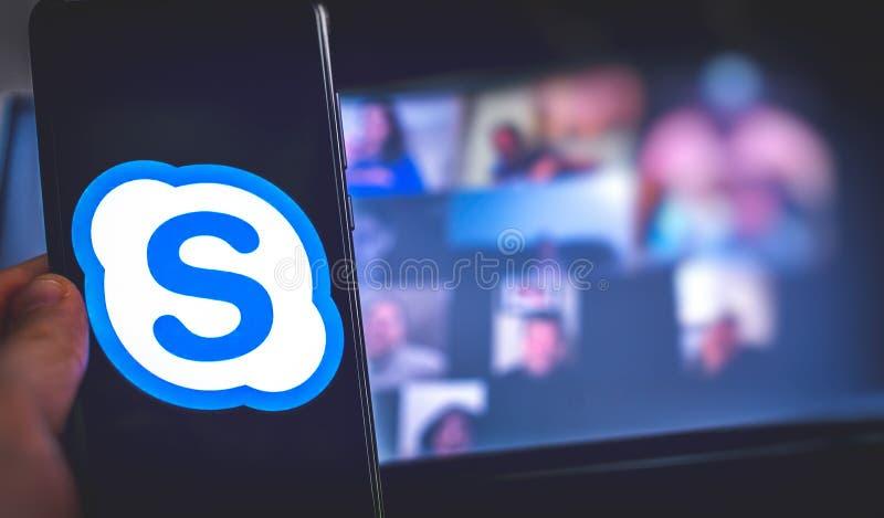 Χειροκίνητη χρήση εικονιδίου εφαρμογής βιντεοδιάσκεψης του Skype για επιχειρήσεις στο smartphone στοκ φωτογραφίες με δικαίωμα ελεύθερης χρήσης