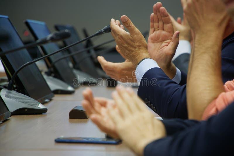 Χειροκροτήματα Οι συμμετέχοντες σε σύσκεψη ή συζήτηση εκφράζουν την υποστήριξη και τη συμφωνία τους προς τον ομιλητή Διευθυντές ή στοκ εικόνες