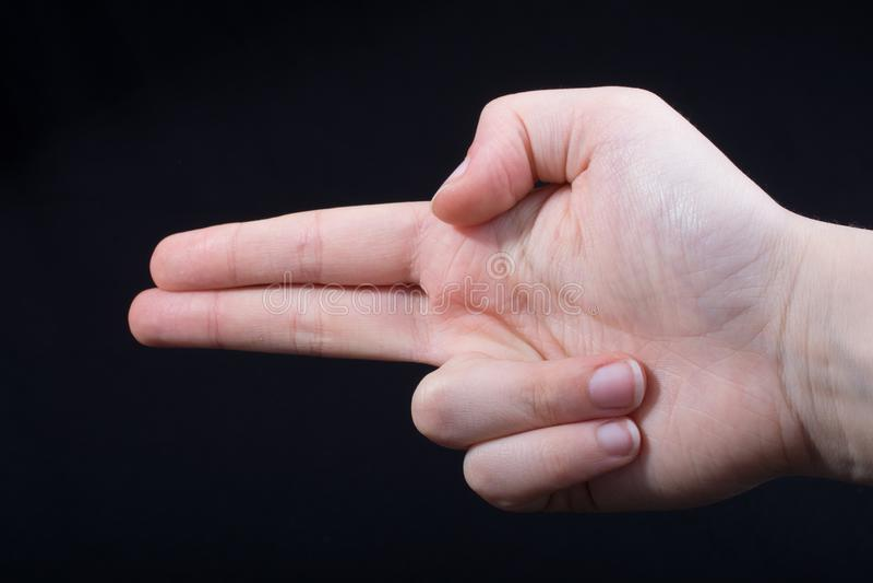 Χειρονομία χεριών που δείχνει το πιστόλι-όπως περίστροφο δάχτυλων στοκ φωτογραφία