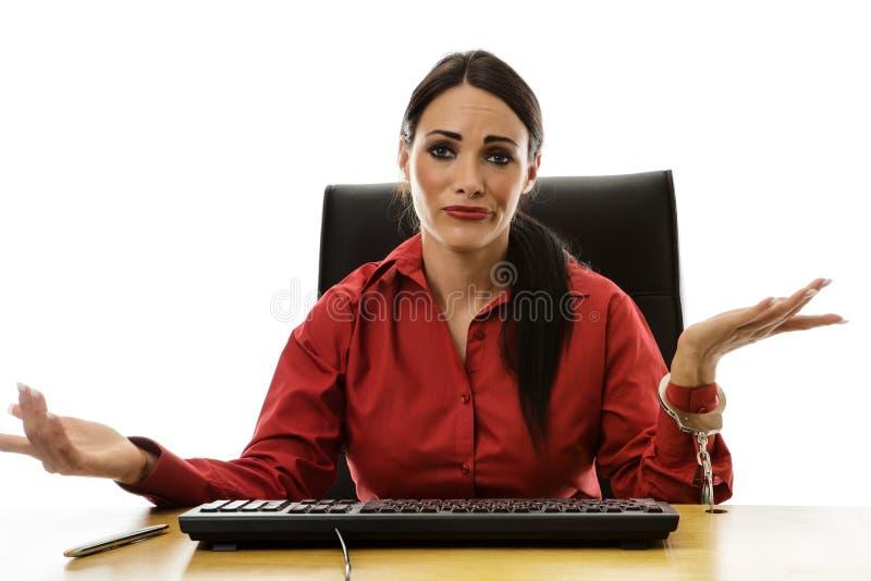 Χειροπέδη γυναικών στο γραφείο στοκ φωτογραφία με δικαίωμα ελεύθερης χρήσης