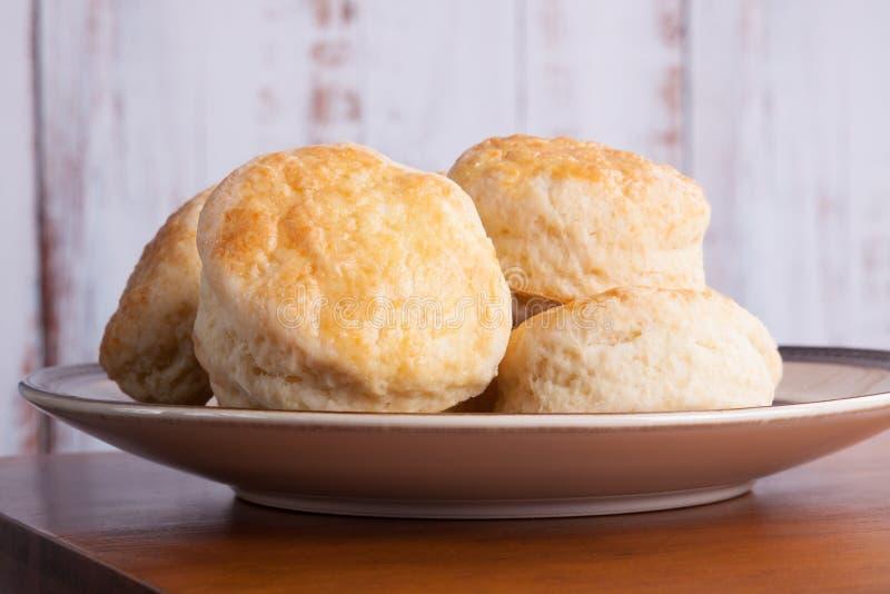 Χειροποίητα Αγγλικά scones για τέσσερις o`clock τσάι σε ένα πιάτο στοκ εικόνες