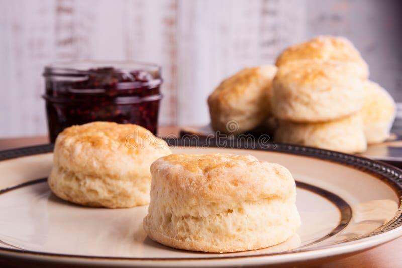 Χειροποίητα Αγγλικά scones για τέσσερις o`clock τσάι σε ένα πιάτο στοκ φωτογραφία