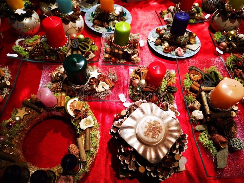 Χειροποίητα διακοσμητικά ζωηρόχρωμα κεριά για τα Χριστούγεννα στοκ φωτογραφία με δικαίωμα ελεύθερης χρήσης
