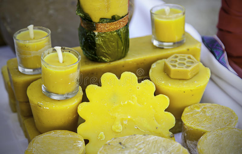Χειροποίητα κεριά μελισσοκηρού με τις μορφές και τις μυρωδιές στοκ φωτογραφία με δικαίωμα ελεύθερης χρήσης