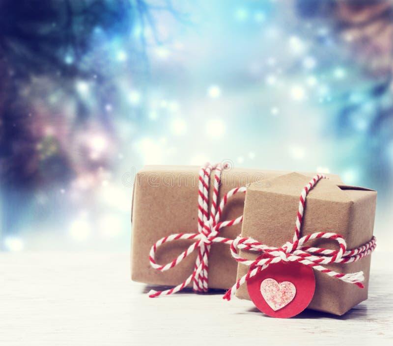 Χειροποίητα κιβώτια δώρων στη λαμπρή νύχτα στοκ εικόνες με δικαίωμα ελεύθερης χρήσης