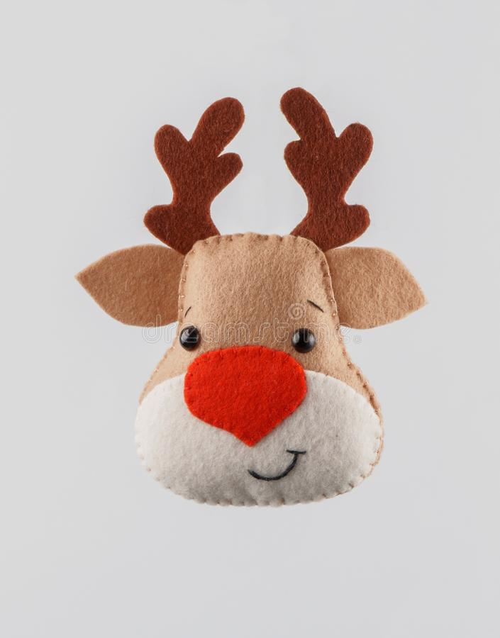 Χειροποίητα παιχνίδια Χριστουγέννων ελάφια αισθητός στο άσπρο υπόβαθρο Διάστημα για το κείμενο στοκ εικόνα με δικαίωμα ελεύθερης χρήσης