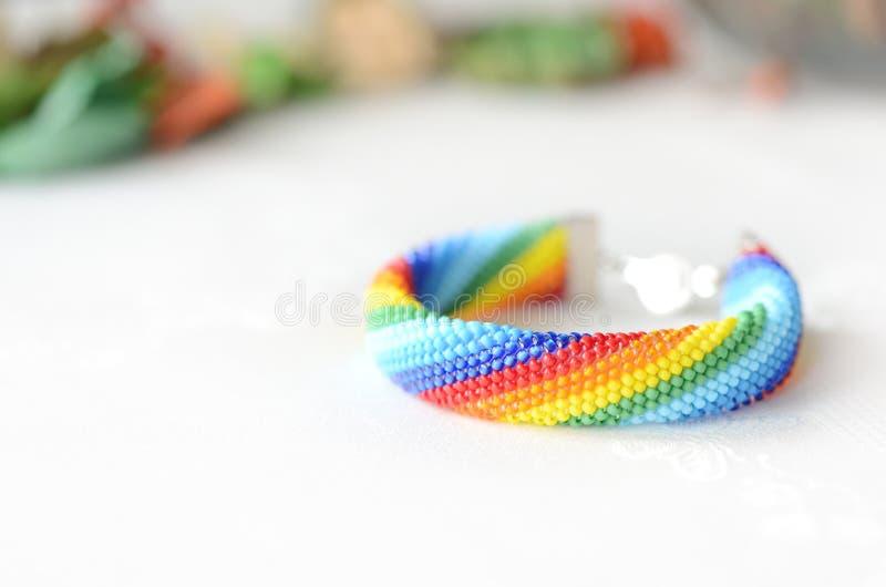 Χειροποίητα πλεγμένα χρώματα ουράνιων τόξων βραχιολιών στοκ εικόνα με δικαίωμα ελεύθερης χρήσης