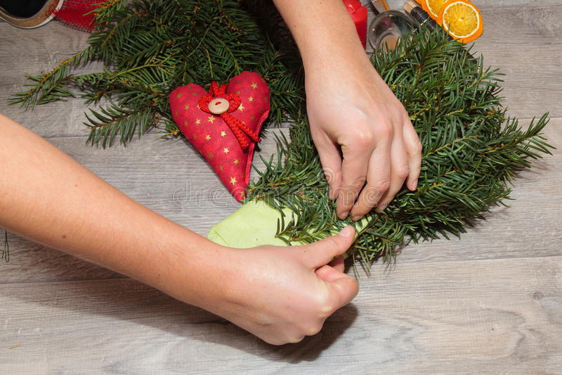 Χειροποίητα στεφάνια Χριστουγέννων παραγωγής στοκ φωτογραφίες