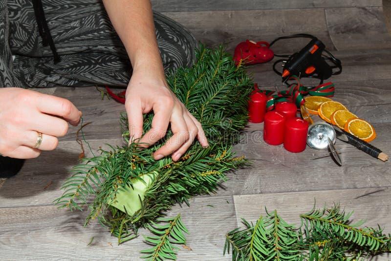 Χειροποίητα στεφάνια Χριστουγέννων παραγωγής στοκ φωτογραφία με δικαίωμα ελεύθερης χρήσης