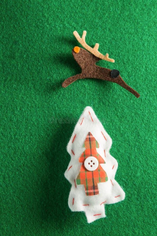 Χειροποίητες διακοσμήσεις Χριστουγέννων στο πράσινο υπόβαθρο στοκ εικόνες με δικαίωμα ελεύθερης χρήσης