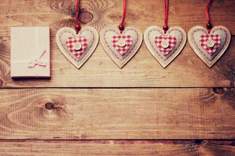 Χειροποίητες μορφές καρδιών και κιβώτιο δώρων στοκ φωτογραφίες