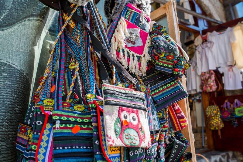 Χειροποίητες παραδοσιακές, ζωηρόχρωμες τσάντες στο κατάστημα δώρων στοκ φωτογραφία