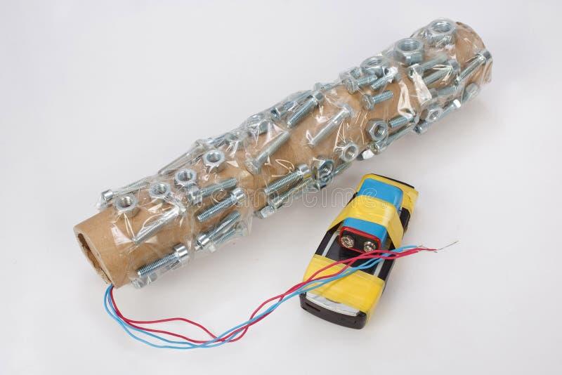Χειροποίητη βόμβα σωλήνων με τη συσκευή τηλεφωνικών πυρκαγιών κυττάρων στοκ εικόνα