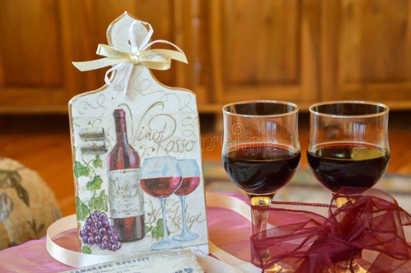 Χειροποίητη διακόσμηση σε έναν ξύλινους πίνακα και ένα κρασί γυαλιών στοκ φωτογραφία