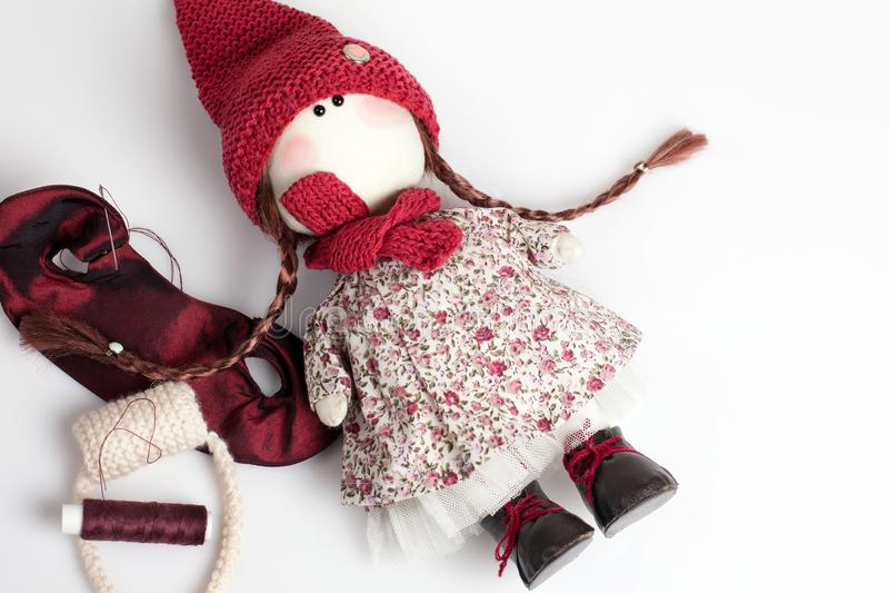 Χειροποίητη κούκλα στο άσπρο υπόβαθρο στοκ φωτογραφία με δικαίωμα ελεύθερης χρήσης