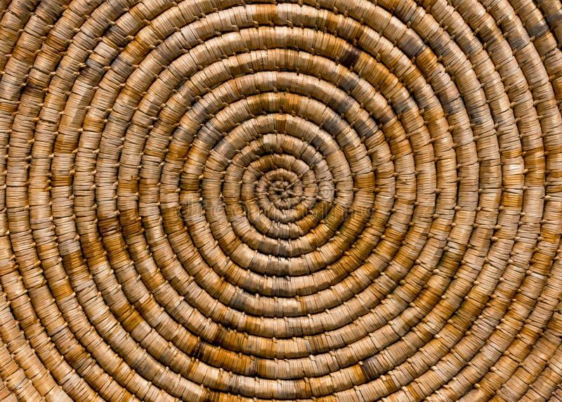 Χειροποίητη παλαιά εργασία που υφαίνει το φυσικό υλικό υπόβαθρο Σπειροειδής ύφανση ή ύφανση σε έναν κύκλο στοκ φωτογραφίες με δικαίωμα ελεύθερης χρήσης