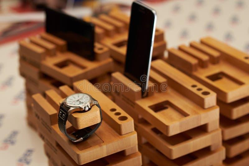 Χειροποίητη στάση που αποκόπτει της οξιάς για κρυμμένος χρεώνοντας το τηλέφωνο, ρολόι στοκ φωτογραφίες με δικαίωμα ελεύθερης χρήσης
