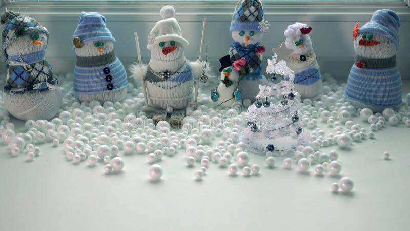 Χειροποίητοι χιονάνθρωποι και χιονοθύελλα παιχνιδιών έξω από το παράθυρο Ελεύθερου χώρου για την επιγραφή στοκ φωτογραφίες