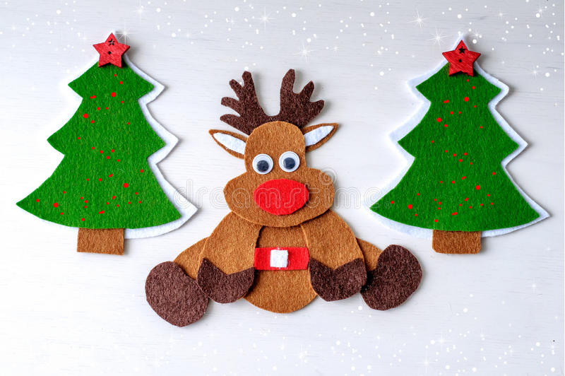 Χειροποίητος τάρανδος του Rudolph Χριστουγέννων ευχετήριων καρτών από αισθητός με το χριστουγεννιάτικο δέντρο, κόκκινα αστέρια στοκ εικόνες