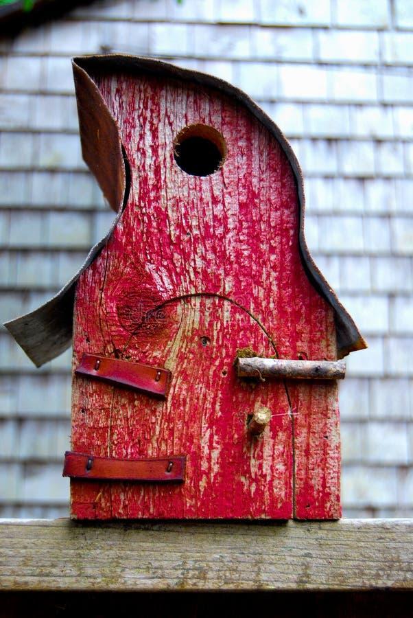 Χειροποίητο κόκκινο Birdhouse στοκ εικόνες