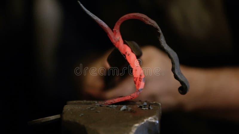 Χειροποίητο μέταλλο σφυρηλατημένων κομματιών σιδηρουργών φιλμ μικρού μήκους