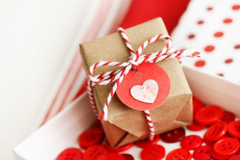 Χειροποίητο μικρό κιβώτιο δώρων με την καρδιά στοκ εικόνες
