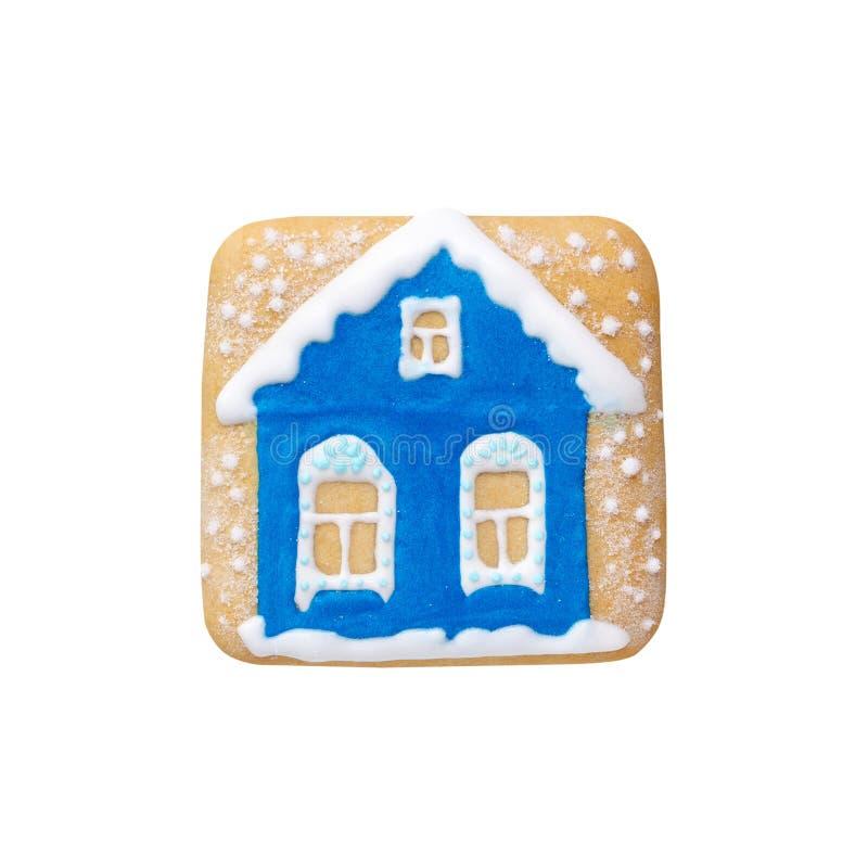 Χειροποίητο μπλε σπίτι μελοψωμάτων Χριστουγέννων με το χιόνι που απομονώνεται στο λευκό στοκ εικόνα