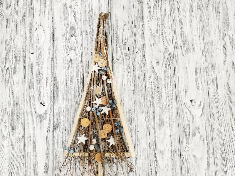 Χειροποίητο ξύλινο χριστουγεννιάτικο δέντρο με τη διακόσμηση χειμερινών Χριστουγέννων στοκ φωτογραφίες
