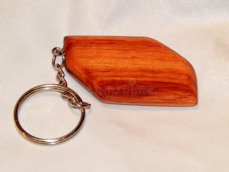 Χειροποίητο ξύλινο ξύλινο keychain φιαγμένο από εξωτικό ρόδινο δέντρο τουλιπών στοκ φωτογραφίες