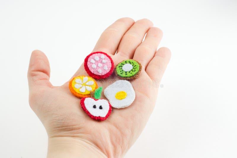 Χειροποίητο παιχνίδι υπό μορφή φρούτων και τρόφιμα φιαγμένα από αισθητό τέντωμα στοκ φωτογραφίες με δικαίωμα ελεύθερης χρήσης