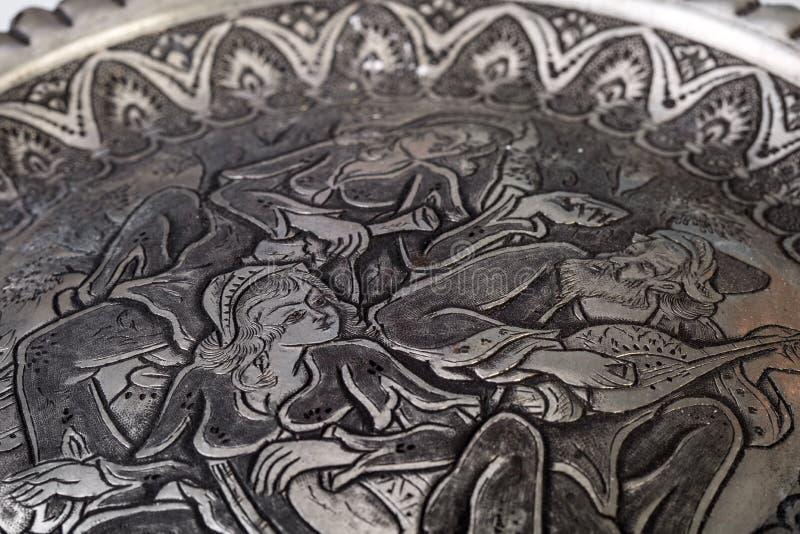 Χειροποίητο παραδοσιακό περσικό πιάτο Toreutic που χαράζεται στο μέταλλο στοκ εικόνα με δικαίωμα ελεύθερης χρήσης