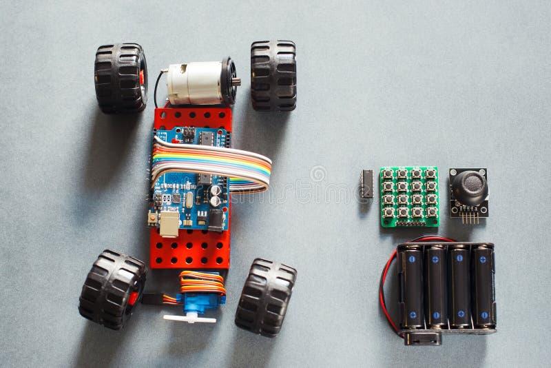 Χειροποίητο πρότυπο αυτοκινήτων rc, κατασκευή σε ηλεκτρονικό στοκ φωτογραφία με δικαίωμα ελεύθερης χρήσης