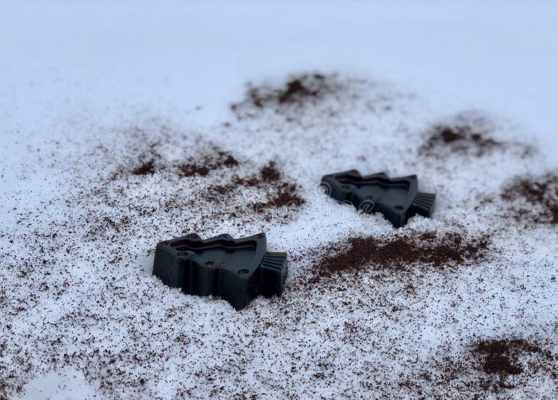 Χειροποίητο σαπούνι καφέ με τα χορτάρια, δέντρα στο άσπρο χιόνι στοκ εικόνες