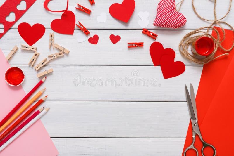 Χειροποίητο υπόβαθρο λευκώματος αποκομμάτων ημέρας βαλεντίνων, κάρτα καρδιών cut-$l*and-$l*paste στοκ εικόνες
