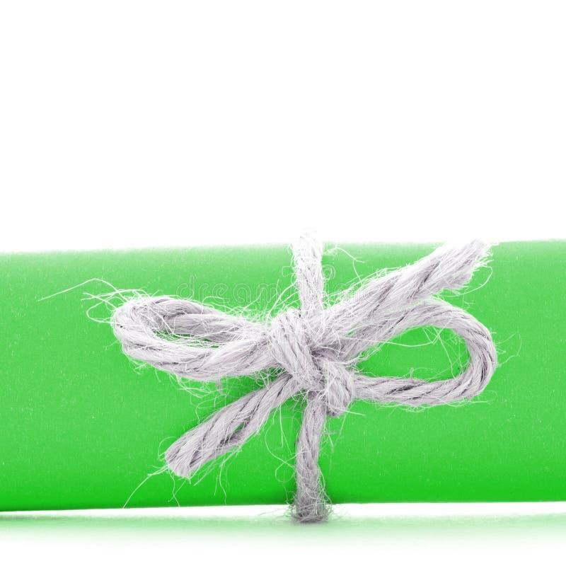 Χειροποίητο φυσικό τόξο σκοινιού που δένεται στο ρόλο Πράσινης Βίβλου που απομονώνεται στοκ φωτογραφία με δικαίωμα ελεύθερης χρήσης