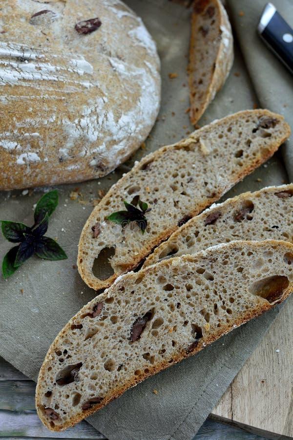 Χειροτεχνικό ψωμί μαγιάς με το βασιλικό και τις ελιές στοκ εικόνες