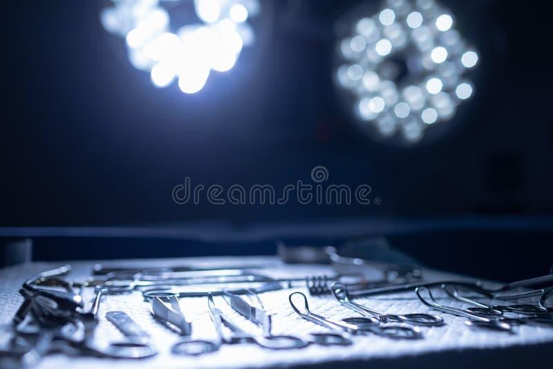 Χειρουργικά όργανα σε έναν πίνακα στο θέατρο λειτουργίας στοκ φωτογραφίες