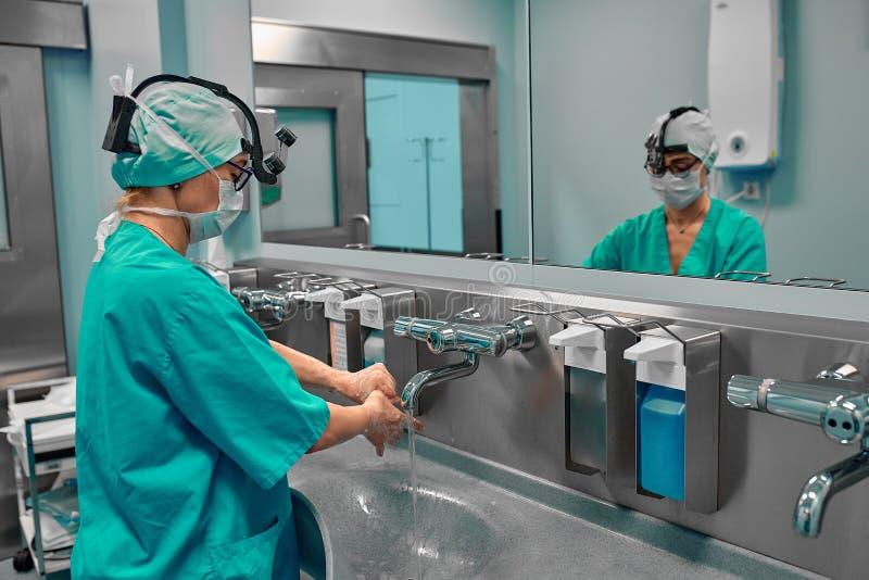 Χειρουργική απολύμανση χεριών Ο γιατρός πλένει τα χέρια του, απολυμαίνει τα χέρια τους πριν από τη χειρουργική επέμβαση στοκ φωτογραφία με δικαίωμα ελεύθερης χρήσης