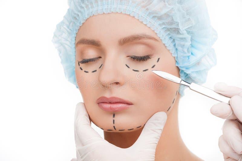 Χειρουργικό νυστέρι κοντά στο πρόσωπο. στοκ εικόνες