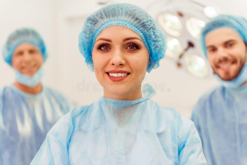 Χειρούργοι ομάδας στην εργασία στοκ εικόνα με δικαίωμα ελεύθερης χρήσης
