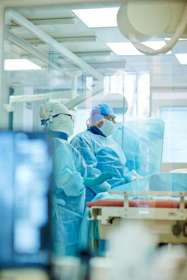 Χειρούργοι στο λειτουργούν δωμάτιο στοκ εικόνα