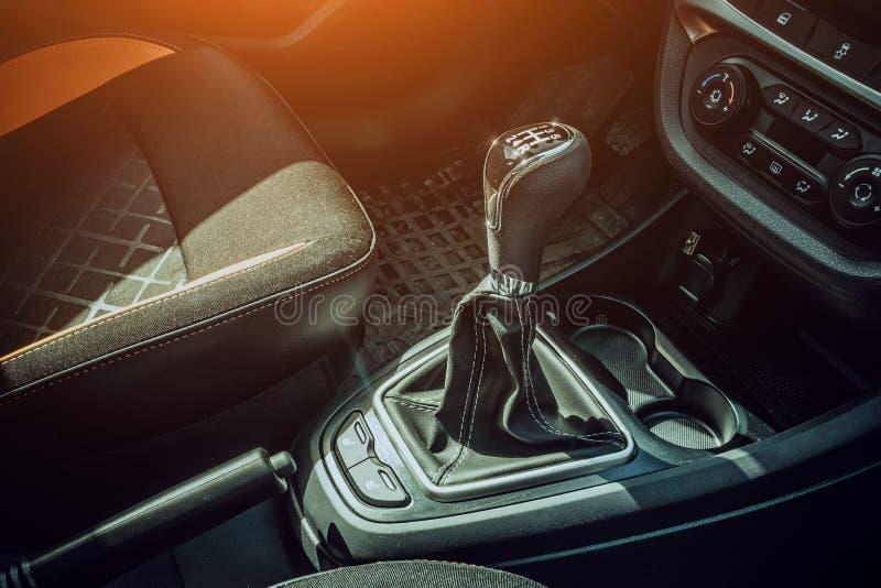 Χειρωνακτική λαβή κιβωτίων ταχυτήτων στο σύγχρονο αυτοκίνητο Χειρωνακτικός μοχλός μετατόπισης εργαλείων στοκ φωτογραφία