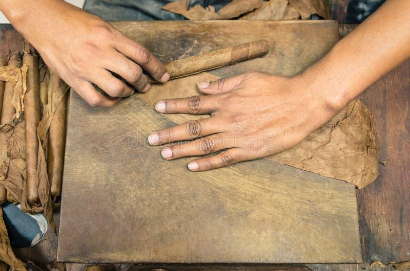 Χειρωνακτική παραγωγή των πούρων - ζωντανή προετοιμασία στοκ φωτογραφίες