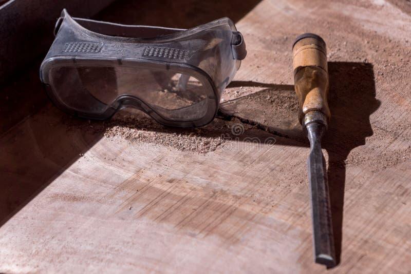 Χειρωνακτικός και ηλεκτρικός ξυλουργός εργαλείων ξύλινη επεξεργασία ασφάλειας Γυαλιά όραμα στοκ εικόνες