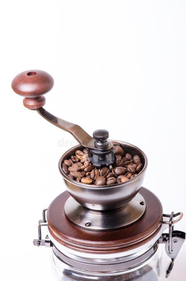 Χειρωνακτικός μύλος καφέ με τα φασόλια καφέ απομονωμένος Άσπρη ανασκόπηση Σύγχρονο ύφος καφές φασολιών που ψήνεται στοκ εικόνα με δικαίωμα ελεύθερης χρήσης